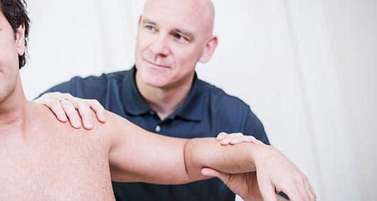 Philipp Wolf untersucht Beschwerden am Arm und Schulter bei Patient